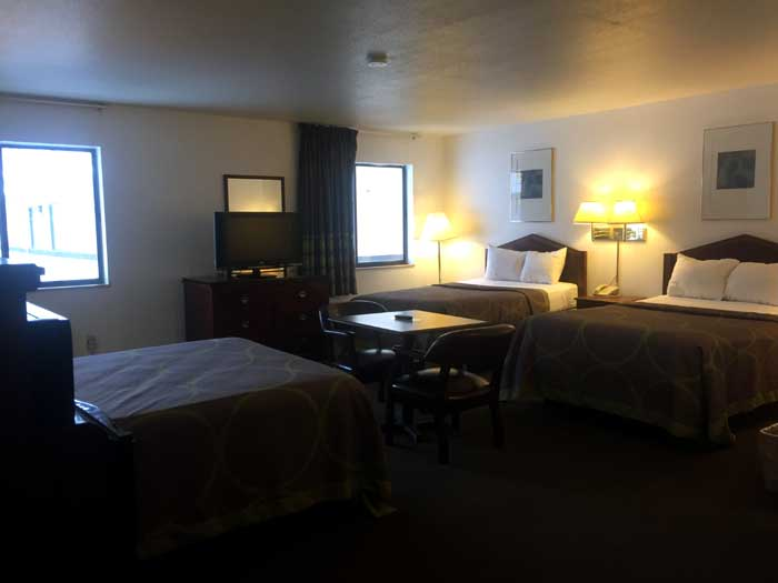 Romantic Stay Spa Suites Jacuzzi 3 Double Bed Suites Budget Affordable American Elite Inn Hazard KY.