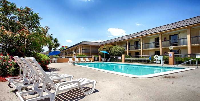 Outdoor Seasonal Pool Hotels Motels Lodging Accommodations pet Friendly Smoking and Non Smoking Rooms paula Dean Budget Discount Cheap Hotels In Savannah GA Best Western