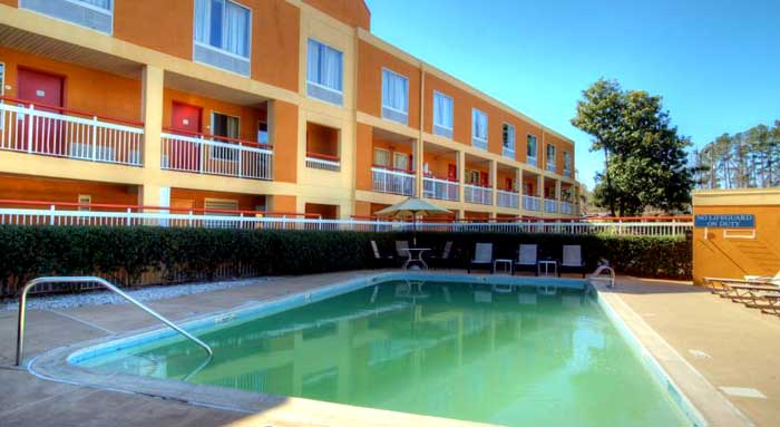 Seasonal Outdoor Pool Refreshing Dip Hotels Motels Hospitals Duke University Va Hospital Free Shuttle Quality Inn