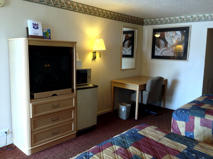 Cable TV Extended Channels Hotels Motels Bus Truck Parking Knights Inn Desk Fridge Microwave