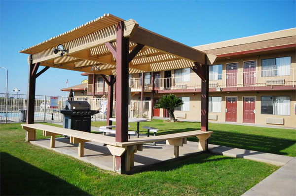 Barbeque and Picnic Area Super 8 Lindsay Hotels Motels